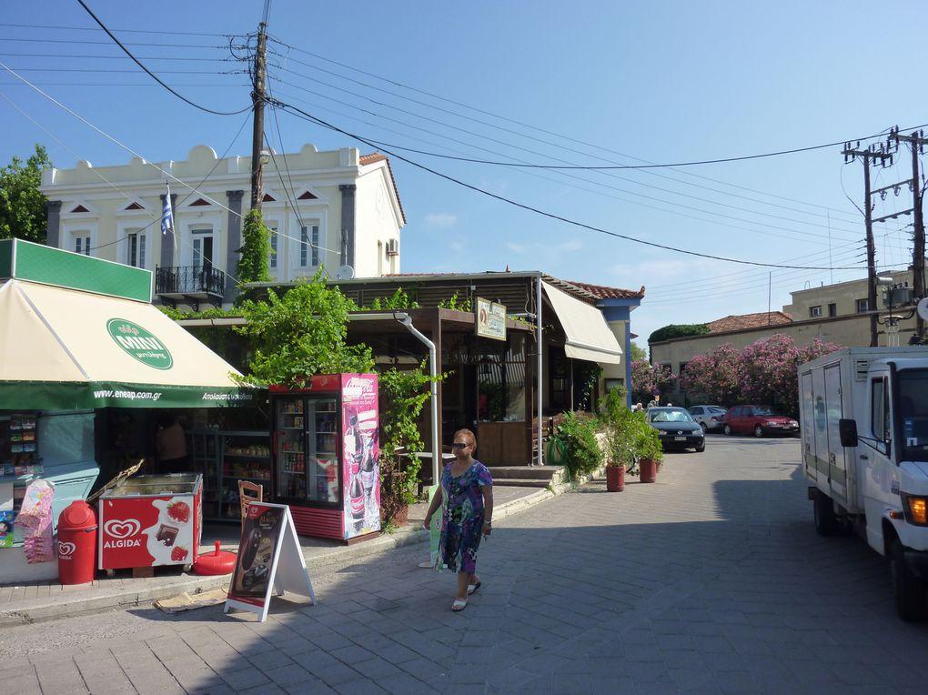 La longue rue Ermou d'un bout à l'autre en traversant la vieille ville derrière le Kastro. Envahie par des vendeurs ambulants et mammas qui font leurs courses, dans une ambiance un peu orientale.