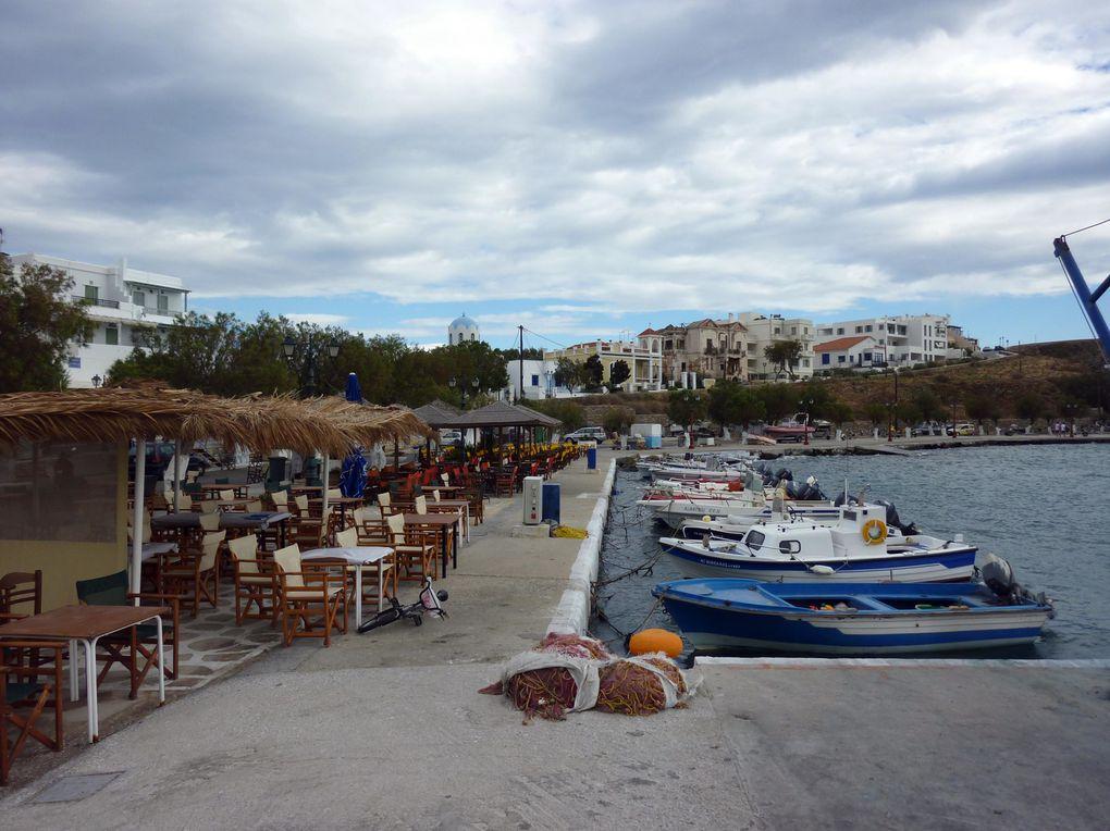 Des milliers de pèlerins viennent à Tinos pour embrasser une relique de la vierge Marie. Certains montent à genoux la longue avenue vers l'église pour obtenir un miracle. A Tinos, religion catholique et orthodoxe cohabitent sur l'île.