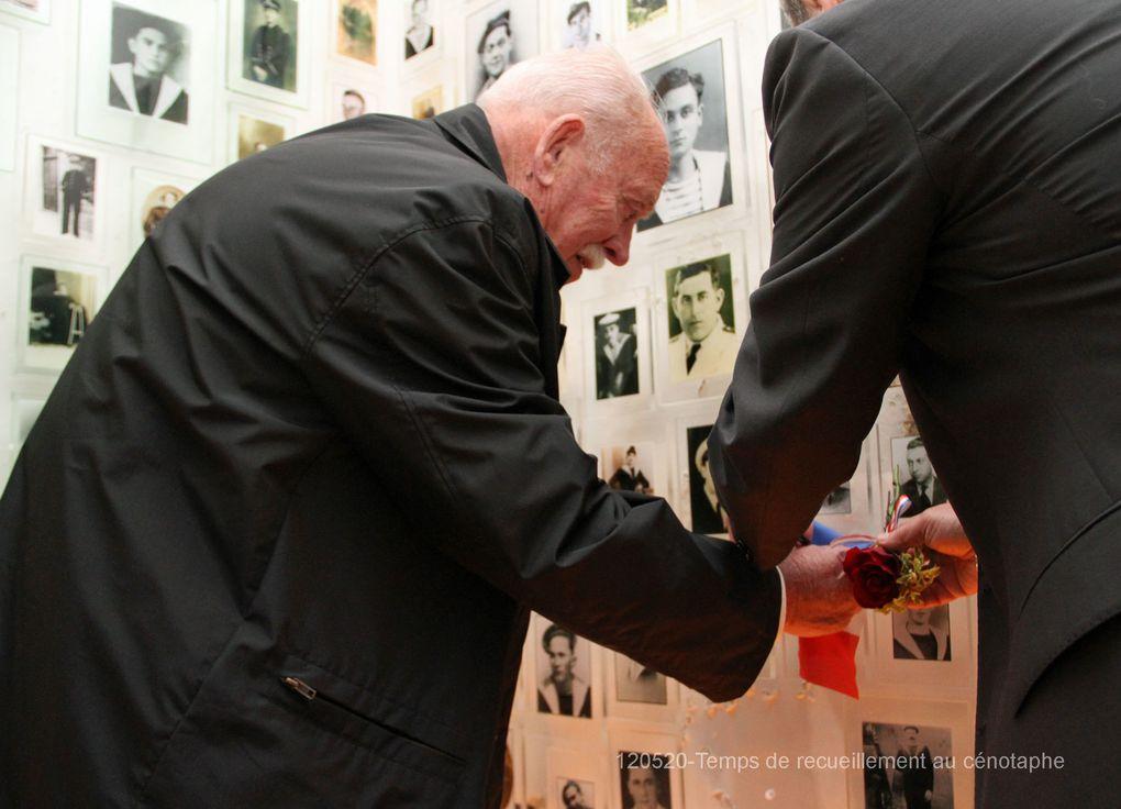20-05-2012 - Moment de recueillement à la mémoire de Louis Maréchal et Georges Truchot, marins morts pour la France, en présence des familles. L'espace musical a été assuré par Freddie Breizirland' - photos : Jean-Jacques Tréguer (Aux Marins)