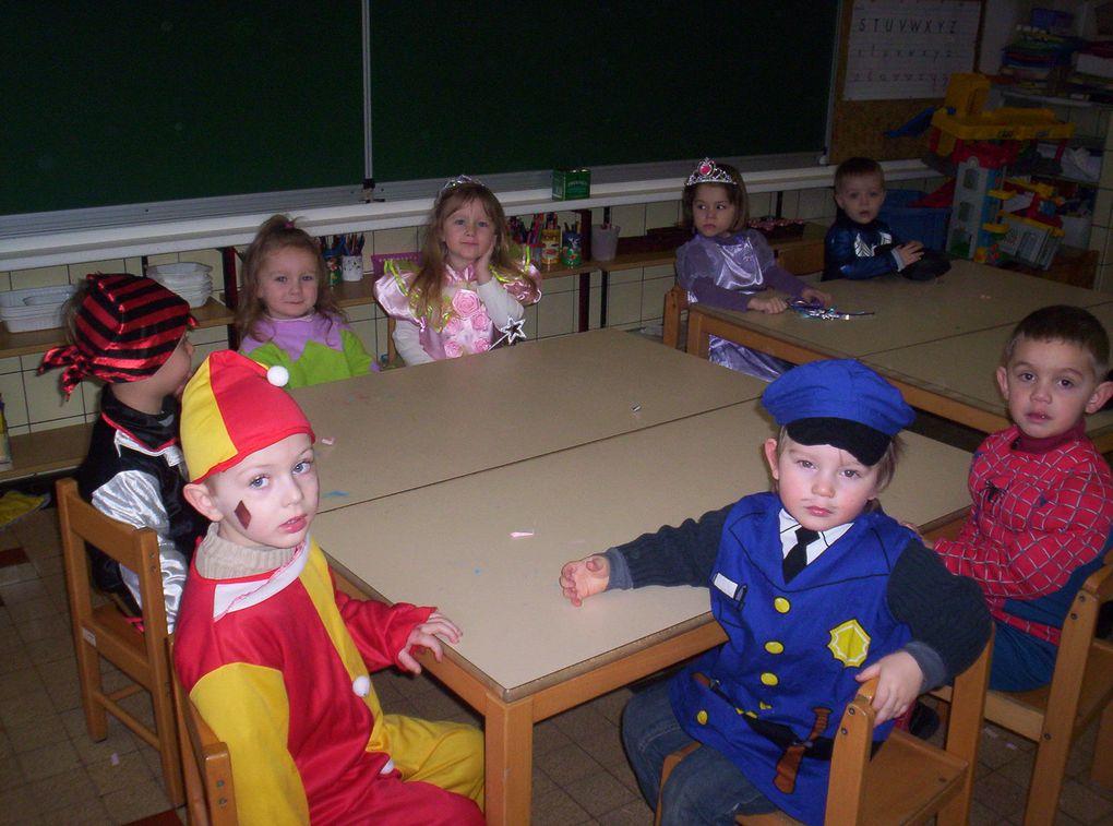 C'est chouette l'école maternelle ! Pour fêter le Carnaval, nous sommes tous venus déguisés en classe. Nous avons défilé dans la cour, dansé et fait des farandoles , puis nous avons mangé les délicieuses crêpes préparées par les mamans.