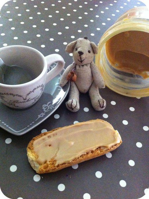 Des petits délices à tartiner. Le plaisir  des petits dej' du week end avec du bon pain frais, de la confiture faite maison et des tartines gourmandes !!! Une madeleine de Proust ?