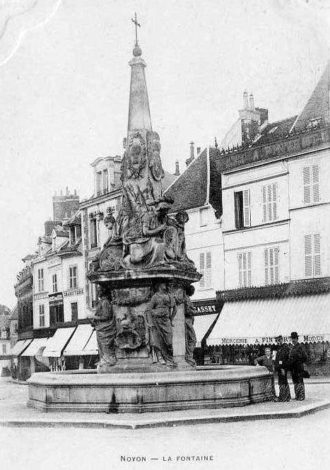 Album - la ville de Noyon (Oise), la fontaine du Dauphin et diverses statues.