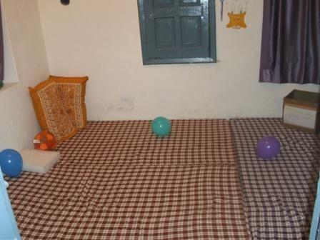 L'espace snoezelen terminé, jeux d'éveil pour les enfants, première journée de Prakash Tapa à l'Unité Handimachal, Linda avec les enfants dans l'espace qu'elle a créé... tout ceci est en juin 2010