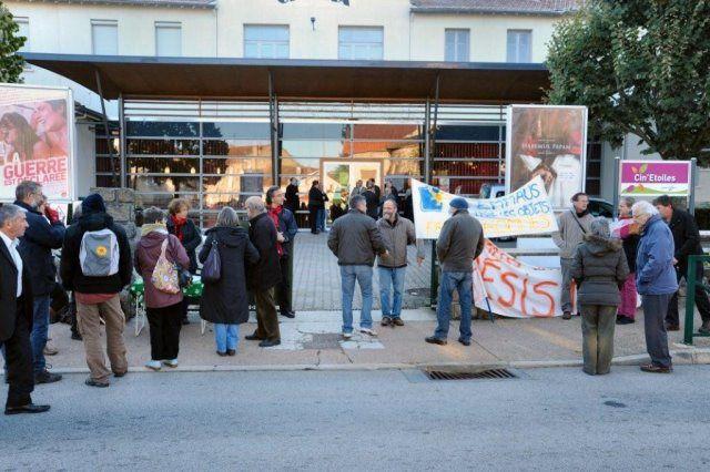 Sainte Sigolène, congrès des maires. Mobilisation pour Vruyr, sans-papiers menacé d'expulsion. Les élus sont invités à signer la pétition de soutien.