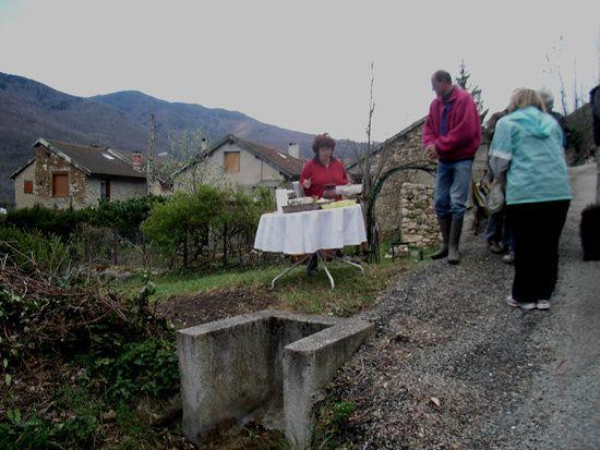 La jonction Vebre Urs a ete effectuee en deux jours....Les 20 mars et 3 avril 2010....Deux occasions de redonner la vie a ces anciens sentiers du village et de mieux nous connaitre voire nous apprecier entre habitants du village....et naturellement