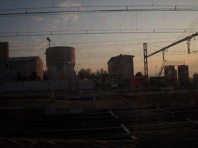 Très tôt le matin, j'ai pris le train. Le wagon était vide et le jour petit – la brise douce et la canicule encore loin. C'était le 19 août. Impressions visuelles en pixels pas très maîtrisés mais au moins habiles capteurs de fantômes