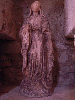 L'église de Meyraguet, petite chaloupe de pierre grise opiniâtre et modeste, est à l'ancre depuis le XIIe siècle.  Elle est une des rares églises en France à avoir autour d'elle un cimetière où l'on enterre encore.