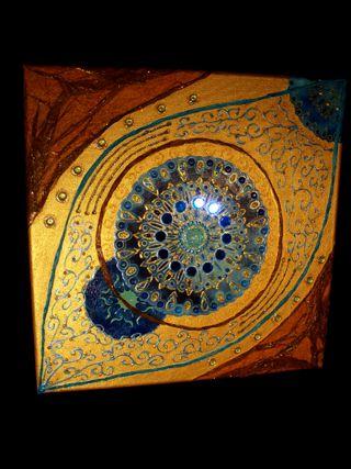 clichés détaillés du tableau éclipse montrant les collages et peinture acrylique utilisés pour l'art présenté