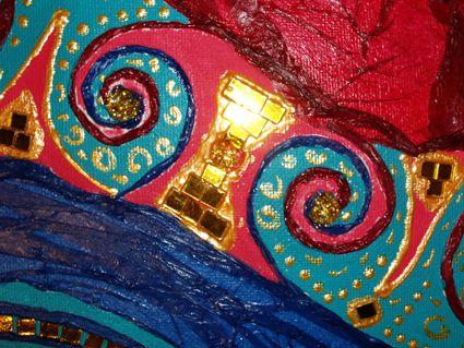 clichés détaillés du tableau syncrétisme montrant les collages et peinture acrylique utilisés pour l'art présenté