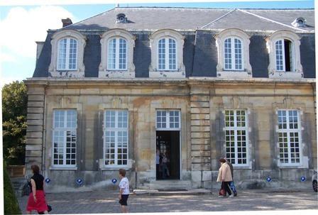 Le bâtiment qui a subsisté, en équerre, comporte 18 fenêtres et lucarnes de façade et l'aile en retour projetée n'a jamais été construite. Le marquis d'Argenson avait noté dans une lettre de 1751 : « il fait des dépenses folles à son châ