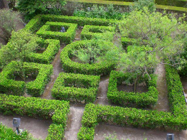En Espagne. Les Jardins de l´Alcázar sont une vraie bulle de fraicheur, tranquillité et paix, loin du bruit, et l´activité et de la chaleur de Séville.De style maure, les jardins sont très relaxants et zen, avec leurs carrelages peints et dive