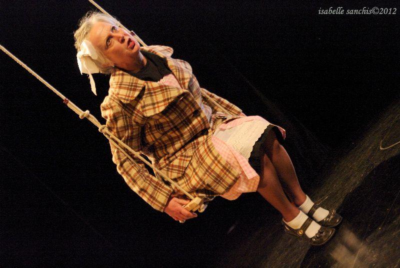 """Photos de la pièce """"A TOUS CEUX QUI..."""" par Isabelle SANCHIS au Centre Culturel de Segré http://araucaria.fiftiz.fr/albums/4729,theatre-a-tous-ceux-qui.html"""