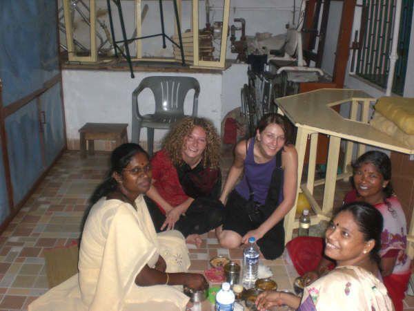 Sabrina & Diana, élèves infirmières, font un séjour de volontariat chez Satya Special School depuis le 15 juin 2009.