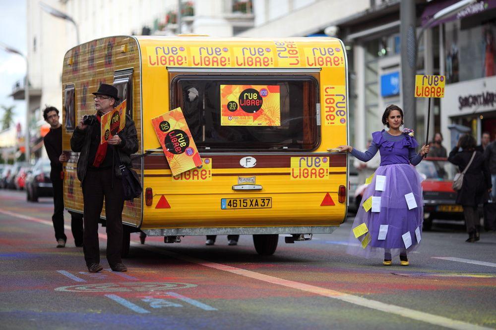 4è Journée Nationale des Arts de la Rue.Une roue libre samedi 30 octobre 2010, orchestrée par la Compagnie Off. Déroutant mais percutant. Une façon d'informer la populasse ébahie que le théâtre de rue (et la culture en général) disparaît.