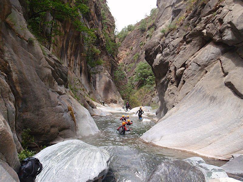 Parcours d'un nouveau canyon (pour nous) à proxilité du château de Fennis. Canyon Merveilleux, un concentré de Chalamy et de Fer. 5h de descente avec clients, nous avons amméliorés les relais.
