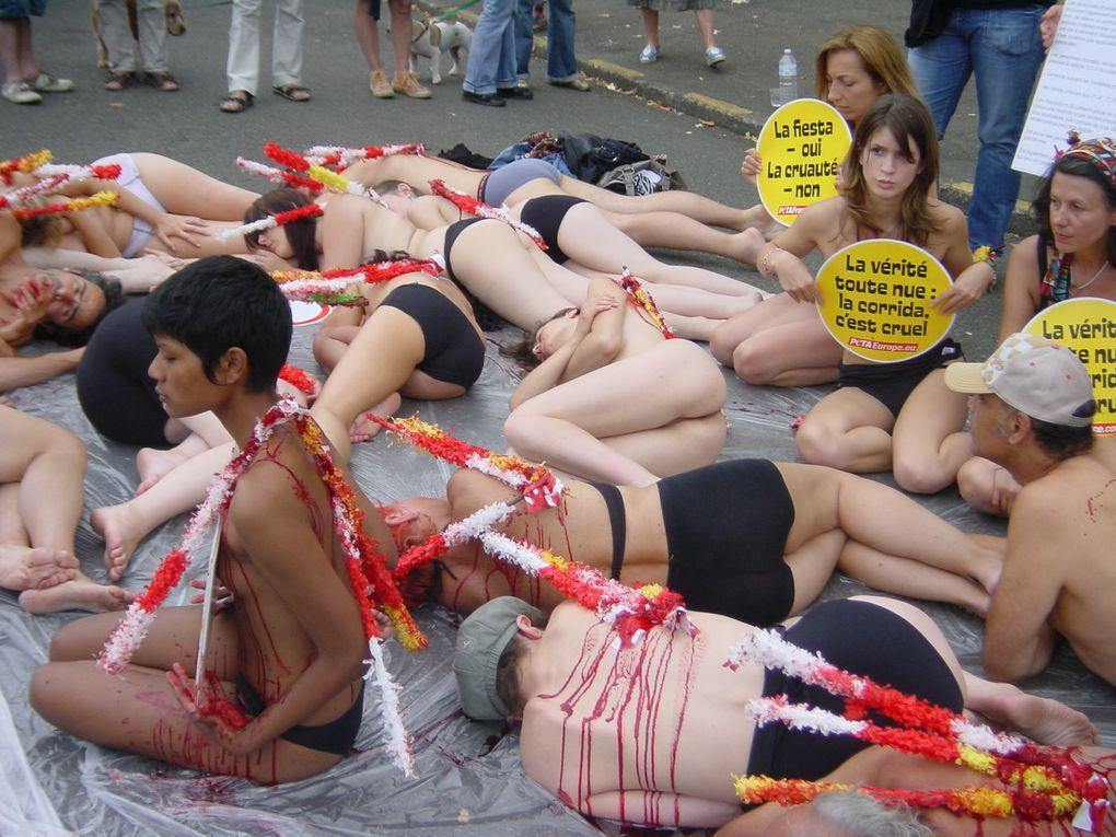 scène organisée par PETA pour la manif du 18/07/09 à mont-de-marsan