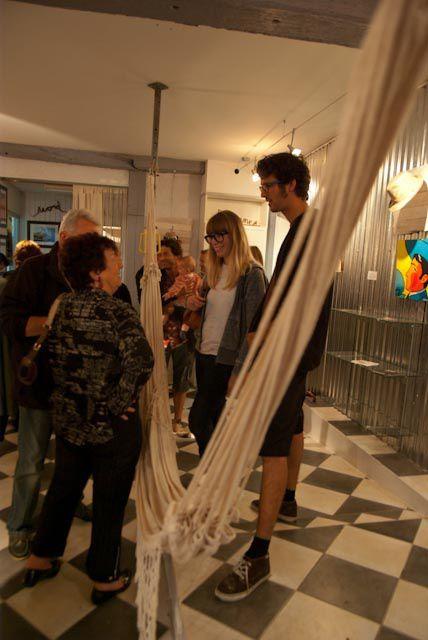 L'exposition HAT ART réunit 10 artistes autour du chapeau de type Borsalino.Artistes issus de différents mouvements tels que  le Grass Art, le Art Toys ,  la Board Culture, le Street Art, le Land Art, le design ou encore la peinture figurative&#x3B;