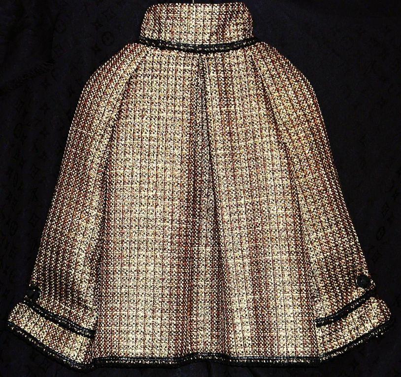 Veste mi saison en tweed chocolat incrusté de fils d'or et d'une touche de bleu.Doublure en satin bleuLongueur 52 cmLe col, le devant, le bas et les manches sot ornés de biais noir cousu à la main