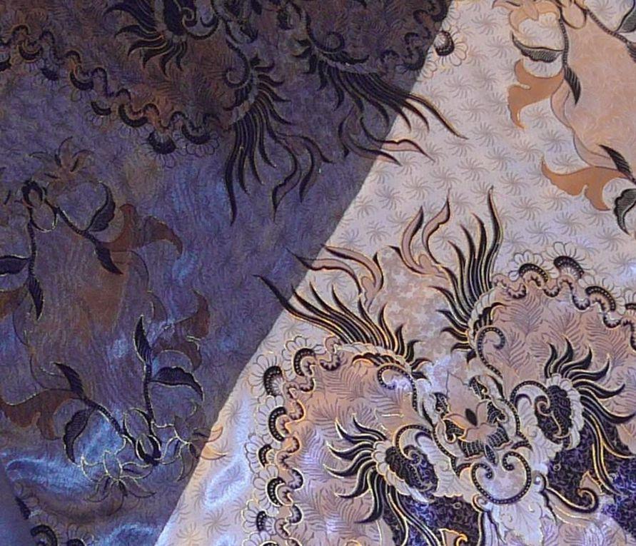 Robe / tunique en satin multicolore et mousseline bleu marine superposésLiseret haut de poitrine/dos en maille grise et argentéeBas en dentelle griseDeux boutons bijoux au dosLongueur 69 cm (à partir du haut de poitrine)