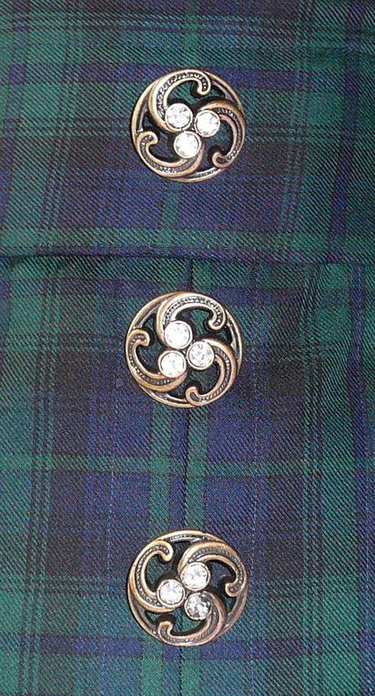 Jupe taille haute en tissus écossais vert et bleu marineTrois plis creux devantLaçage de la taille derrièreTrois boutons bijoux devant, 1 gros bouton bleu marine sur le côtéLongueur 52 cm à partir du haut de la tailleTaille et hanches