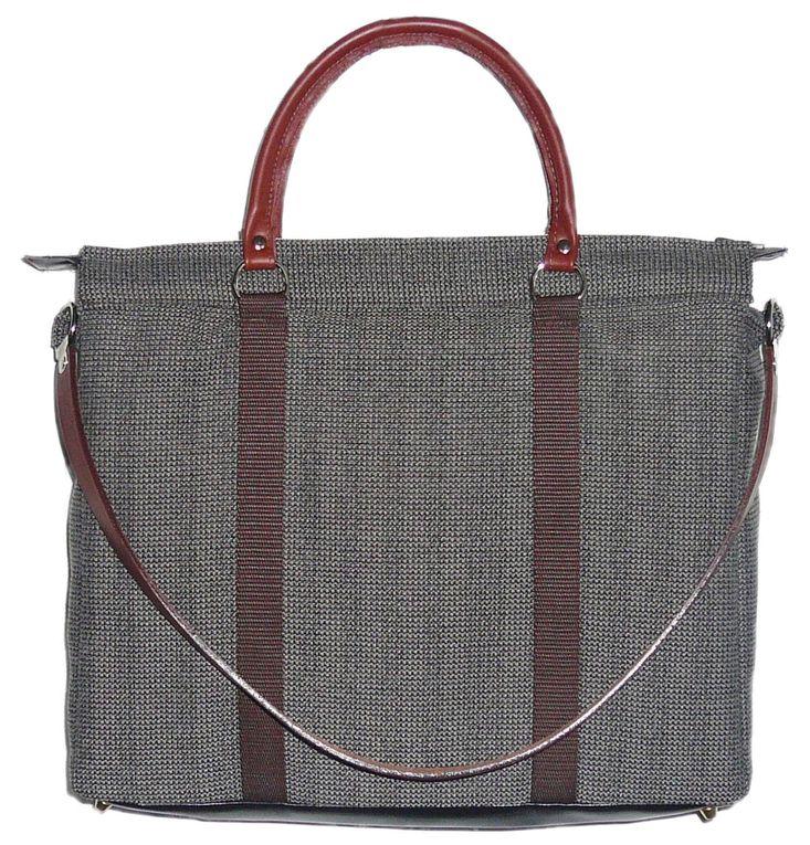 Sacoche masculine zippée sur le dessus. Existe en noir ou marron. Entièrement doublée de coton gris chiné. Poignées en gros grain noir ou en cuir. Longueur 37cm, hauteur 30cm, profondeur 7cm.
