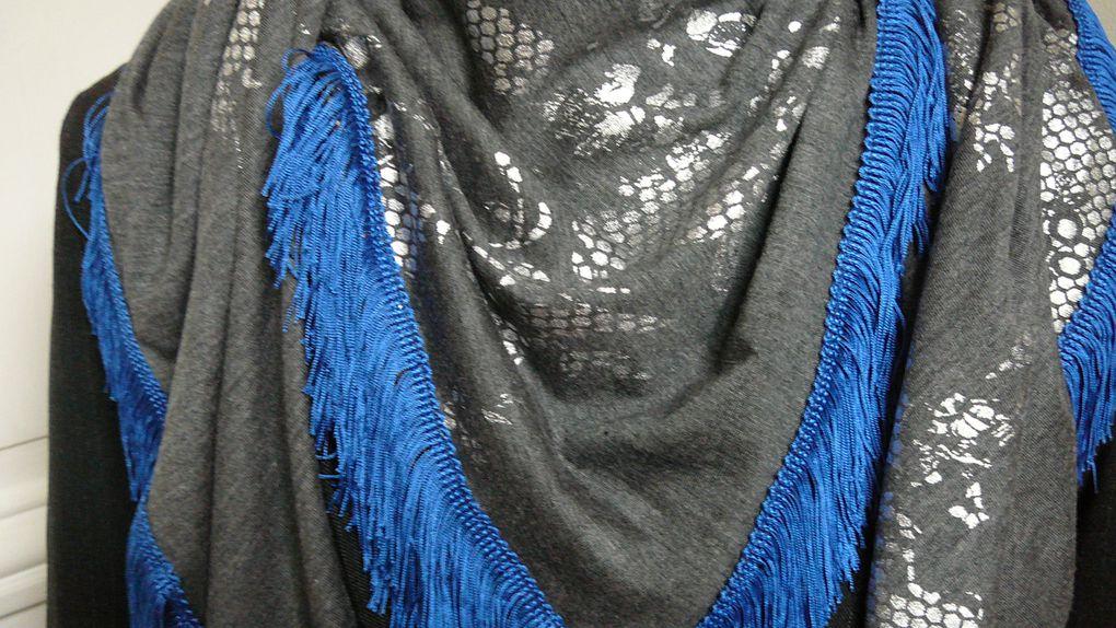 Grand foulard en jersey à bordures frangées, dentelle ou pompons. Dimensions 120 x 120cm. Existe en plusieurs couleurs