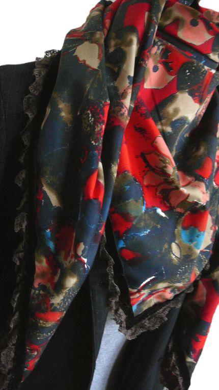 Grand foulard épais coloré en viscose à motifs floraux ou cachemire. Bordé de laine, de dentelle ou de frange.Dimensions : 120 x 120 cm