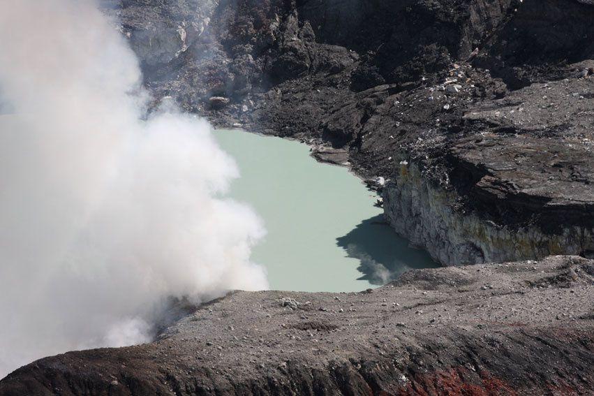 Photos du Volcan Poas avec ses fumerolles faites le 18 avril 2010. Tous droits réservés TACACORI EcoLodge - Alajuela - COSTA RICA. www.tacacori.com