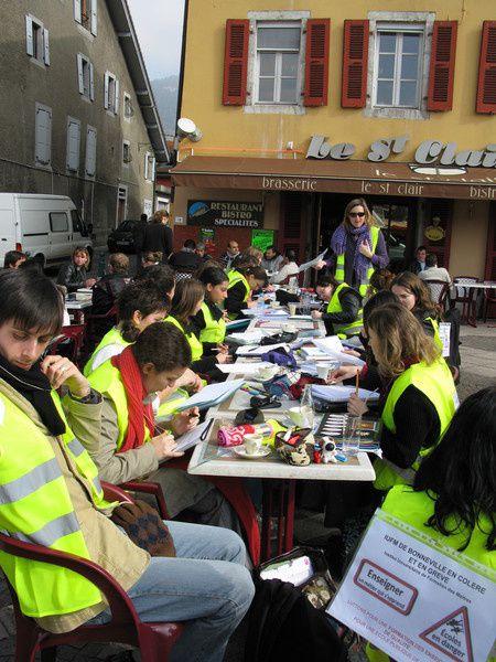 Cours délocalisés de Philosophie et d'Histoire, le 31 Mars sur la place du marché de Bonneville, en protestation à la réforme de la masterisation.