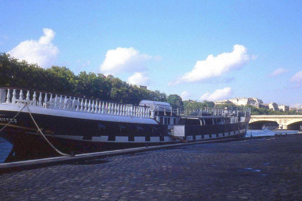 Le Belem à quai à Paris en automne 1981.Fraichement récupéré,encore inconnu du grand public,il a du être démâté pour passer les ponts de la Capitale.