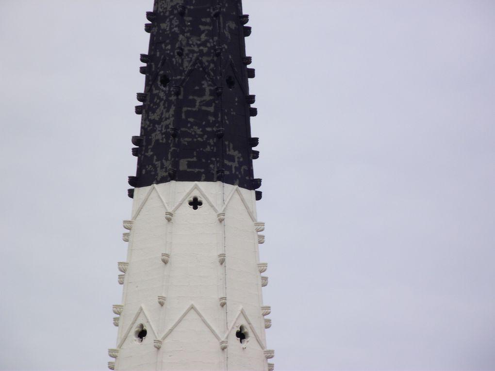 Classé parmi les plus beaux villages de France avec son célèbre clocher noir et blanc.
