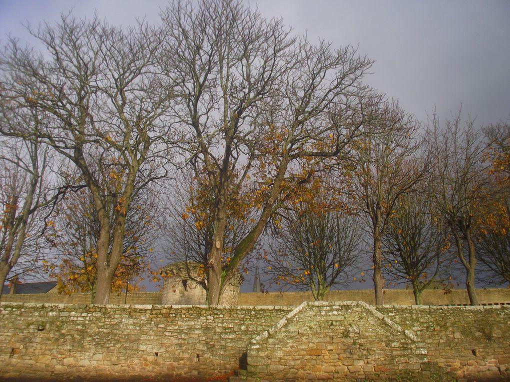 Les remparts de Guérande la médiévale qui du haut de son coteau dominent les marais salants.