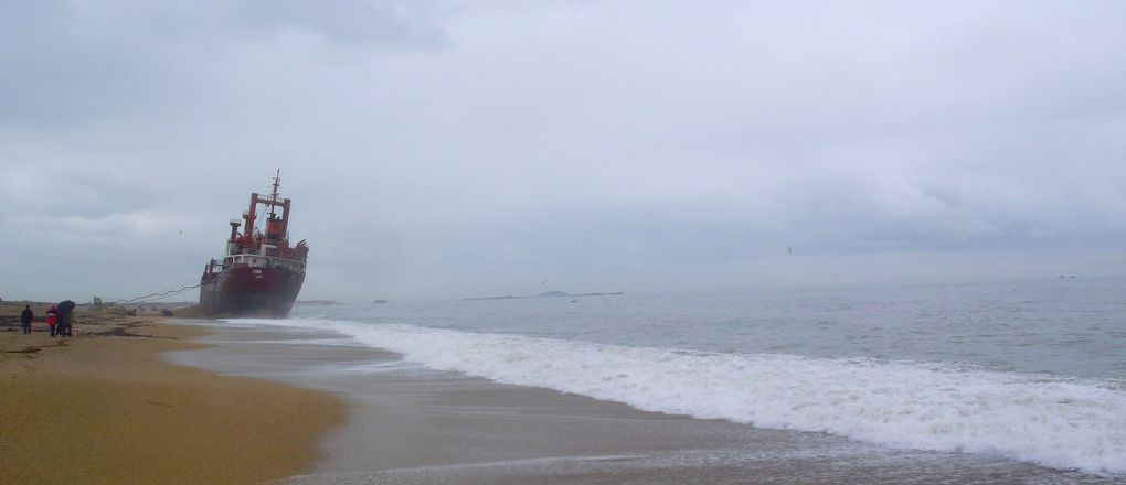 Le cargo TK Bremen échoué sur la plage de Kerminihy à Erdeven dans le Morbihan. Décembre 2011.
