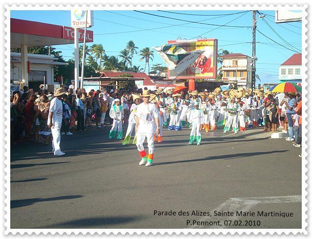 Parade des groupes à pied à Sainte Marie, Martinique. Carnaval à gogo........Les vidéos bientôt sur youtube.