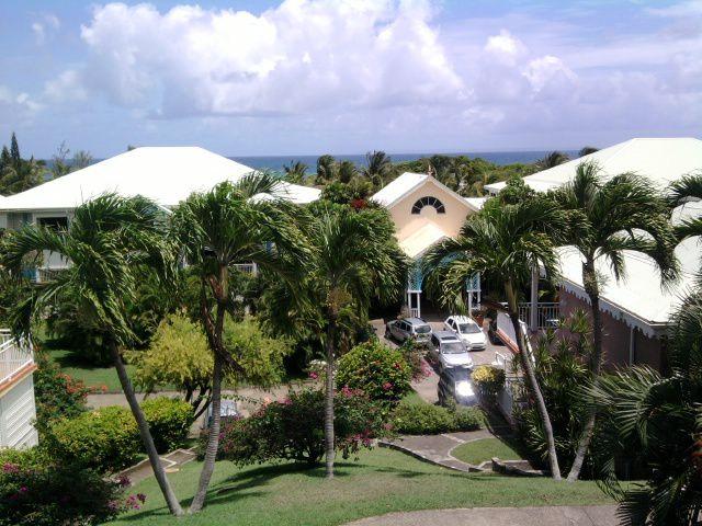 Studio de standing dans un bungalow à 100m de la plage.terrasse avec superbe vue sur Marie-Galante. Entièrement refait à neuf.Mobilier haut de gamme.Linge de maison et ustensiles de cuisine fournis. Lave-linge, LCD 81 cm, cuisine équipée.