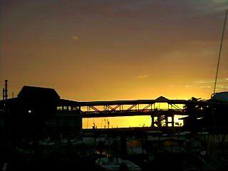 J'y habite&#x3B; un petit bled un peu ennuyeux, il ne s'y passe rien, par contre des couchers de soleil à rester par terre.  C'est sur la cote Ouest.