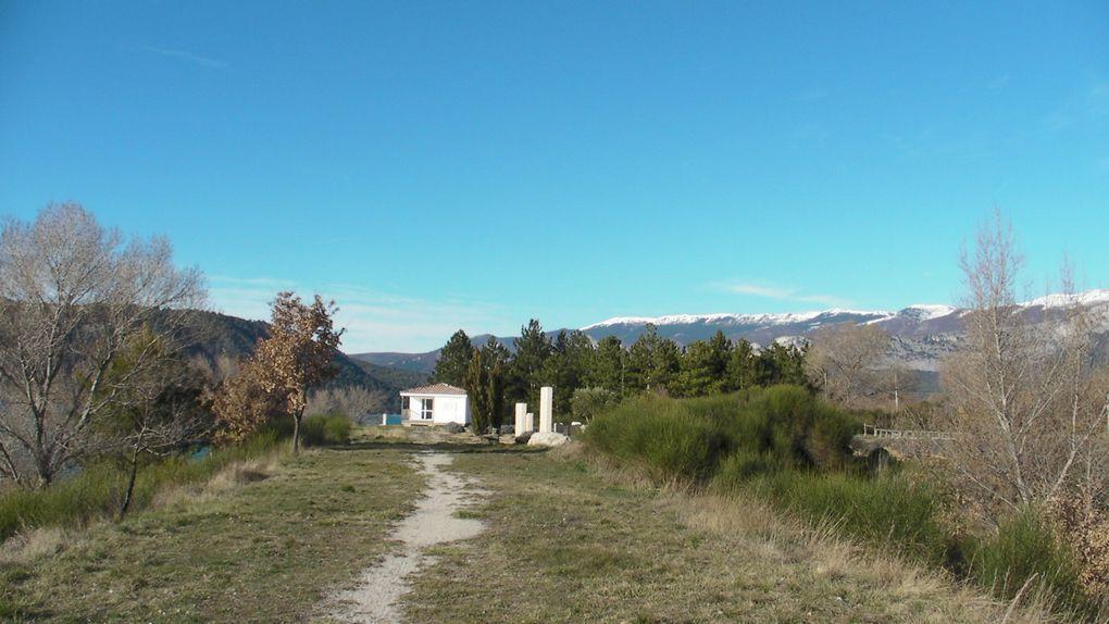 Ces images de paysage ont été photographiées sur les rives du lac de sainte croix du côté Var avec vue sur l'Ouest, le Sud et le Nord, sur la commune des Salles sur verdon. La rive opposée est dans les Alpes de Haute Provence.
