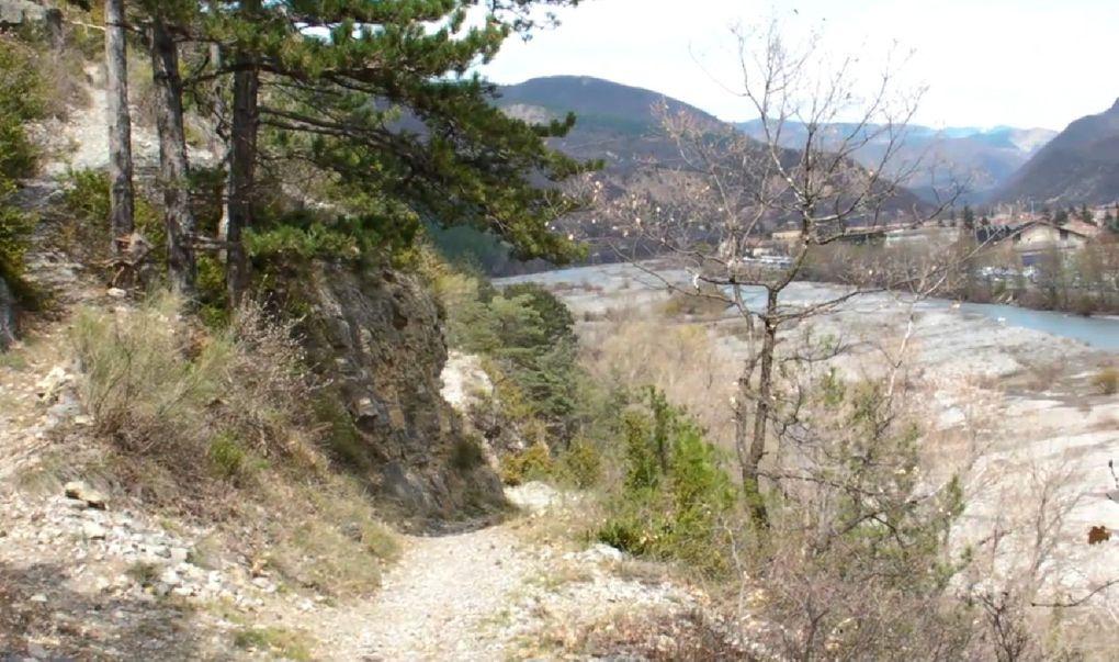 Images et paysages de Haute Provence: randonnée balisée sur le GTPA, de Digne-les-bains vers le Musée-Promenade par le chemin de Caguerenard avec vue sur les montagnes et sur la ville.