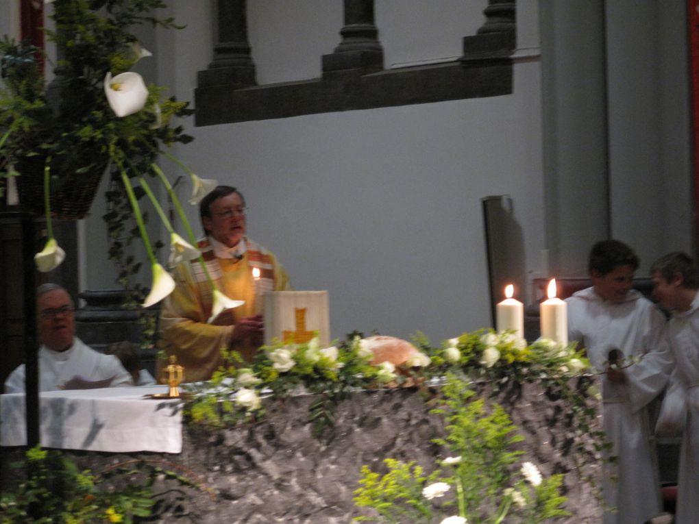 Veillée pascale 2011 à Rochefort au cours de laquelle a eu lieu un baptème d'adulte et une chorégraphie des Soeurs indiennes.Merci à Carl et à Daniel pour les photos