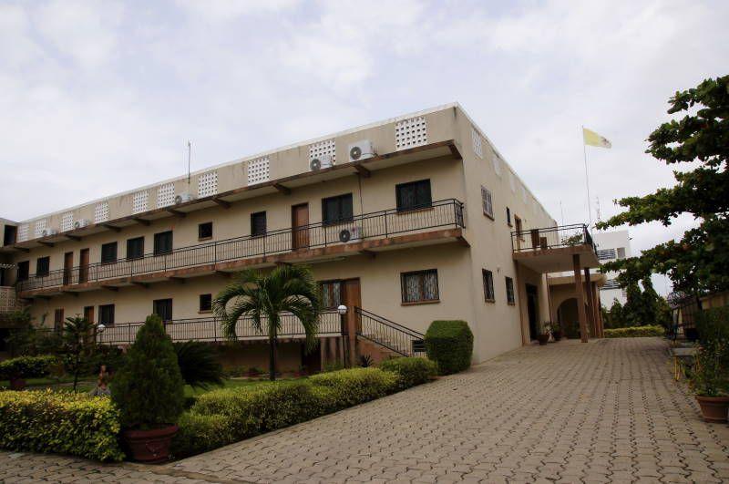 Nonciature apostolique au Bénin en chantier.Les photos présentent la Nonciature Apostolique au Bénin, le Nonce dans ses bureaux ainsi que sur le chantier en train de surveiller les travaux…