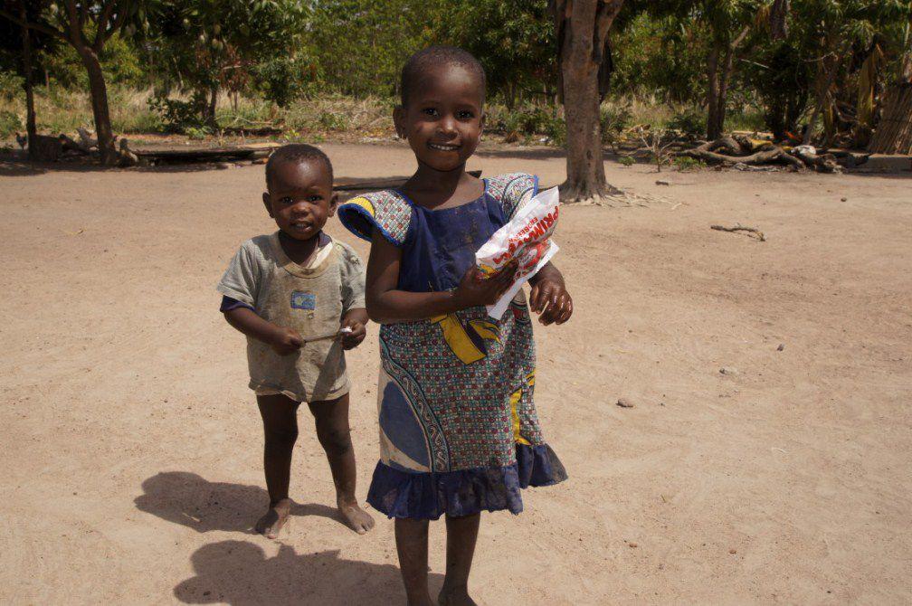 Distribution des bonbons du conteneur reçu en 2011 grâce aux efforts de Franziska et Leo Strauch d'Allemagne. Le nom de photo indique en même temps le lieu de la paroisse. C'est juste quelques exemples, car tous les diocèses du Togo et quelques p