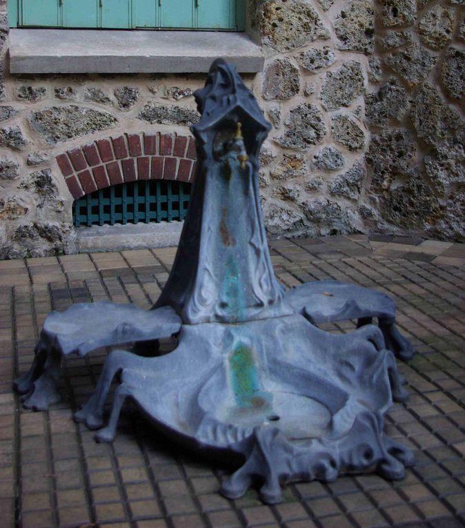 L'architecte art nouveau Hector Guimard connait la célébrité le jour où il construit le Castel Béranger dans le hameau du même nom, situé 14 rue Jean de la Fontaine, 16ème arrond. de Paris. Quelques images du hall restauré en décembre derni