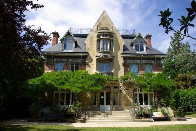 Voici des images de cette villa du Vésinet, en fait nommée la Villa Berthe, construite par l'architecte art nouveau Hector Guimard en 1896, contemporaine du Castel Béranger, à Paris. Cette villa ouvre les portes de ses jardins et de ses façades