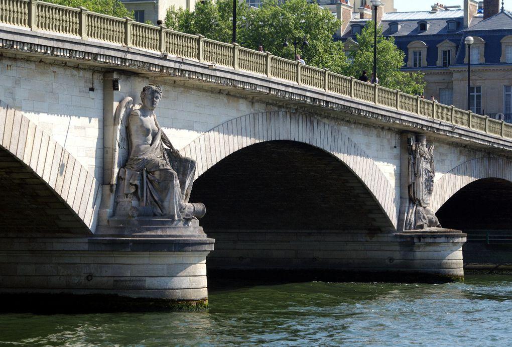 Une visite des ponts et des quais de Paris vous est proposée.Merveilles des bords de Seine de la capitale, quais colorés, reflets dans l'eau !