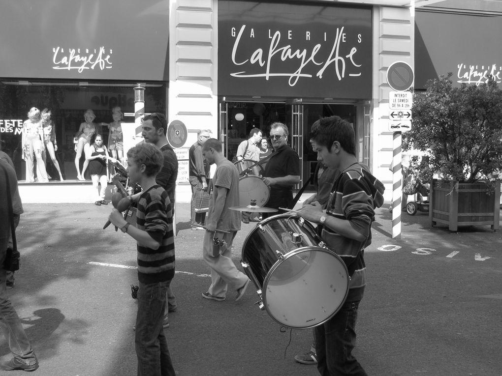 Première sortie publique dans la rue Victor Hugo à Niort avec les danseurs