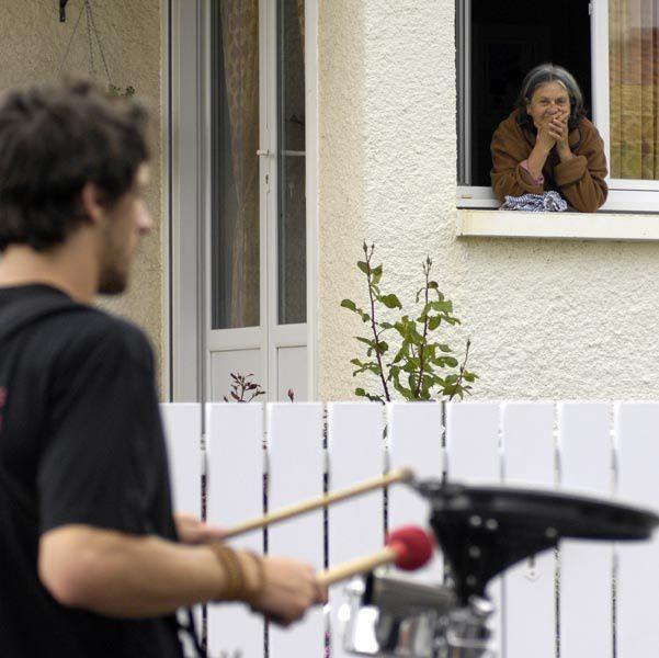Reportage DARRINiort, Souché 1er mai 2010Déambulation des ateliers musique de rue de La Compagnie ID