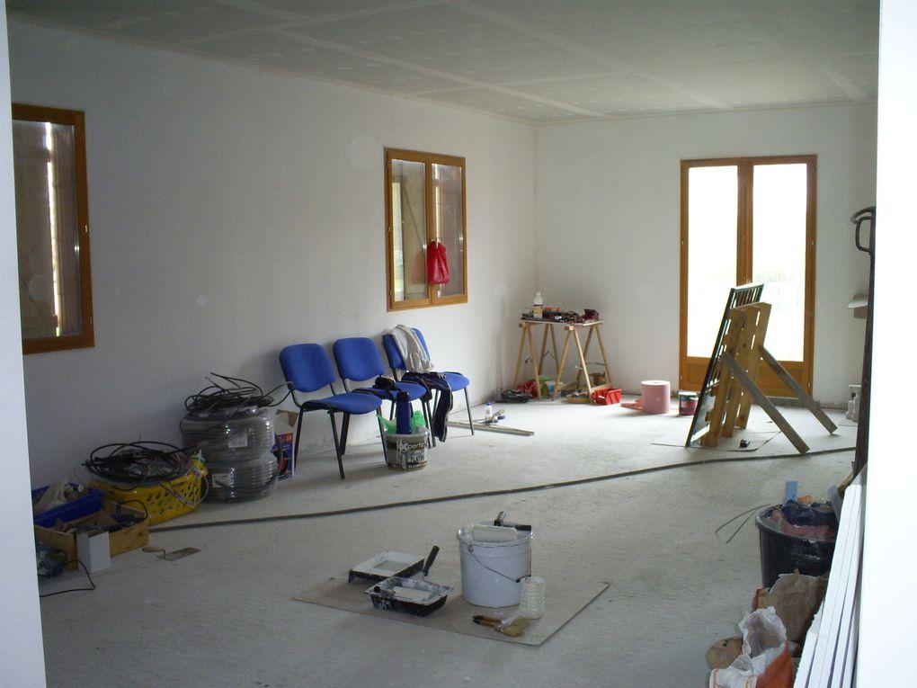L'évolution de notre maison en construction ! Nous avons acquis le terrain eu Aout 2008. Les fouilles, le vide sanitaire, les murs sont construit en septembre 2008. La fermette montée en quelques jours début octobre.
