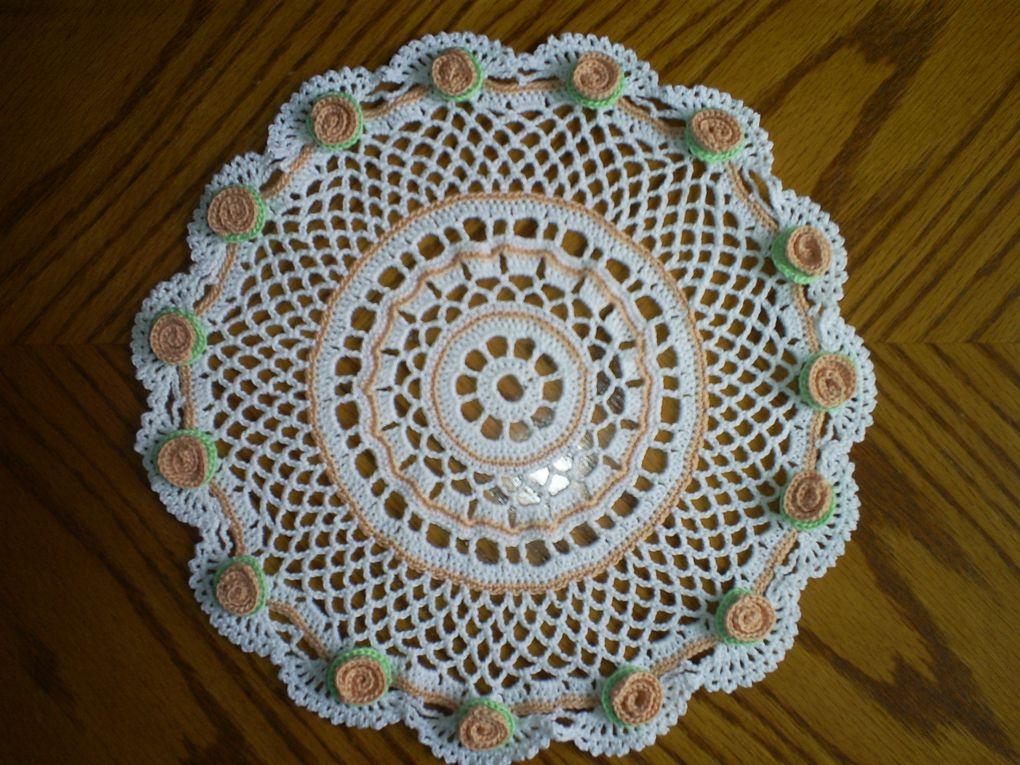 Mes ouvrages en crochet : Des napperons de toutes formes, chemins de table, rideaux, dessus de coussin ...ect