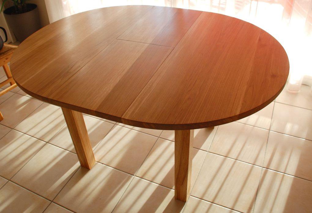 Une table contemporaine en chêne massif equipée d'une rallonge papillon.