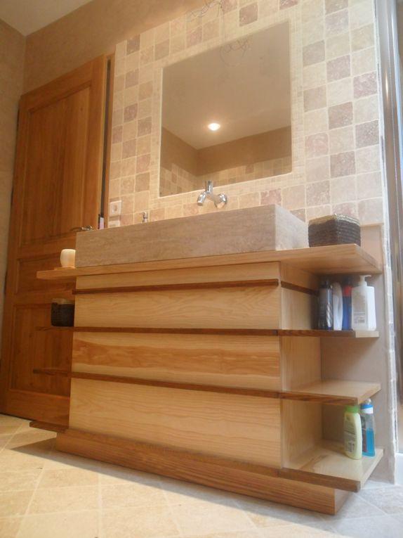 Du mobilier contemporain sur mesure, en frêne, pour une salle de bain entièrement rénovée.